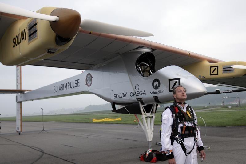 Saulės energija varomas lėktuvas įveikė pirmąjį etapą