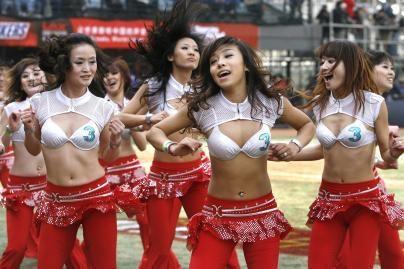 Kinijos šokėjos miklina kojas (nuotr.)