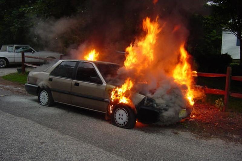 Klaipėdoje penktadienio naktį sudegė trys automobiliai