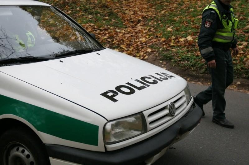 Sprukdami nuo policijos motociklininkai rėžėsi į patrulių automobilį