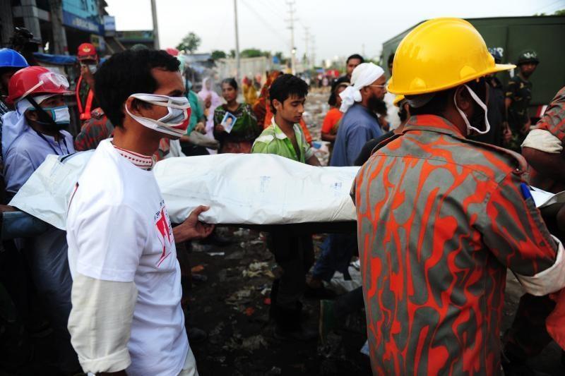 Bangladeše valyti fabriko griuvėsių iškviesti kranai