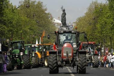 Paryžiuje protesto akciją surengė traktoriais atriedėję ūkininkai