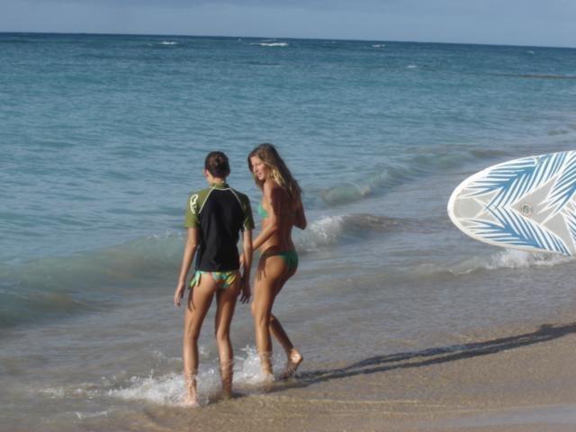 Gisele Bundchen paplūdimyje pademonstravo suapvalėjusį pilvuką