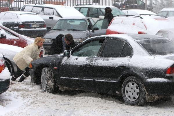 Policija prižiūrės, kaip Vilniuje statomi automobiliai
