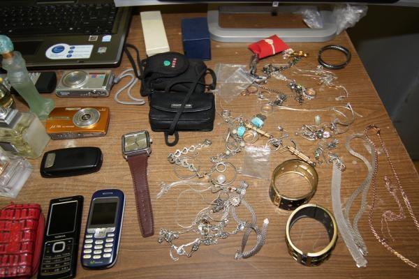 Apvogti vilniečiai prašomi atpažinti pas vagis surastus daiktus