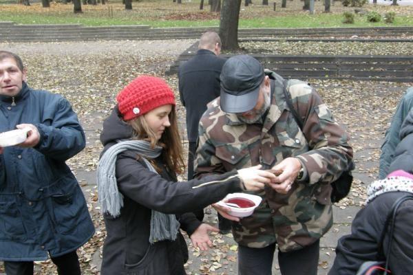 Savanoriai Vilniaus centre maitino dešimtis alkstančiųjų