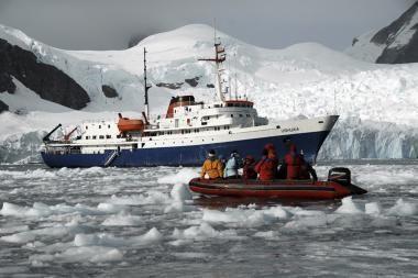 Žmonės evakuoti iš nelaimę patyrusio laivo