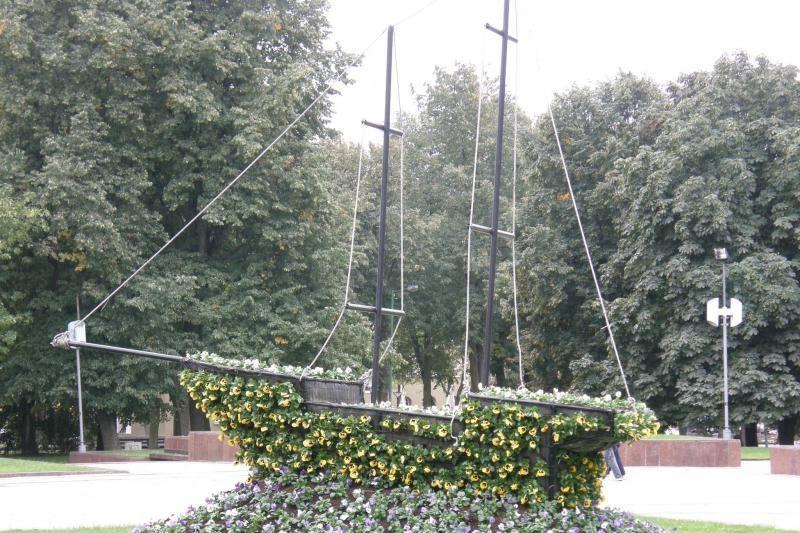 Gėlių laivas Atgimimo aikštėje pasipuošė rudeniui