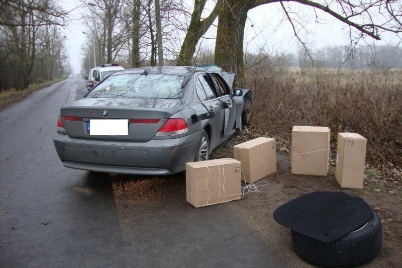 Policijai nestojęs BMW su kontrabanda rastas atsitrenkęs į medį