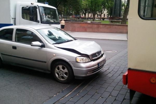 Vilniaus centre automobilio ir troleibuso avarija sukėlė eismo kamštį