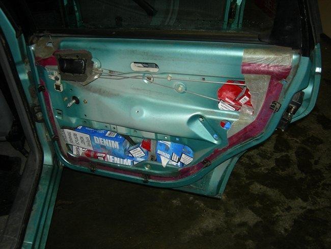 Ieškodami kontrabandinių cigarečių, muitininkai ardė mašinos dureles
