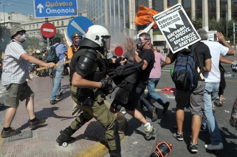 Atėnuose prie valdančiosios partijos biuro aidėjo šūviai