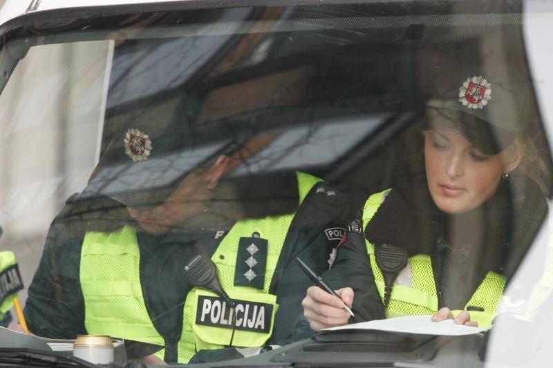 Policijos pareigūnus bando papirkinėti ne tik KET pažeidėjai