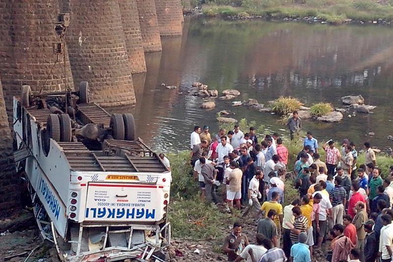 Vakarų Indija: per autobuso avariją žuvo 32 žmonės