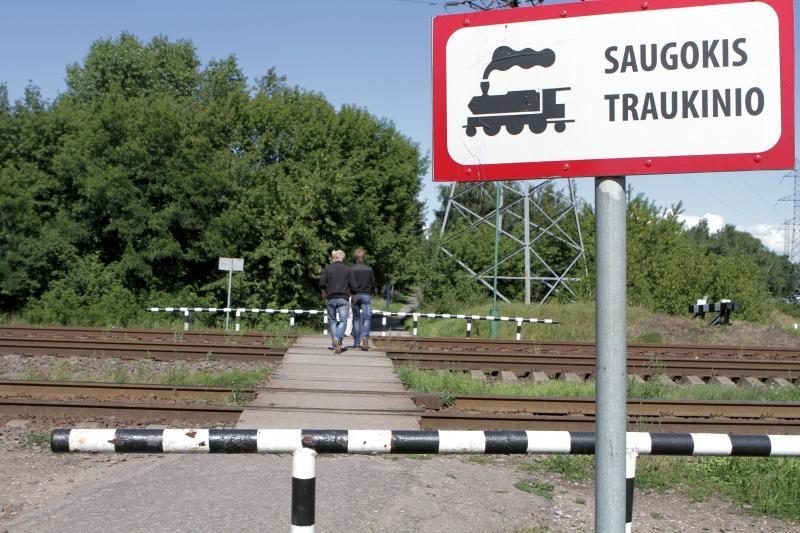 Vilniuje traukinys pražudė per bėgius ėjusį vyrą