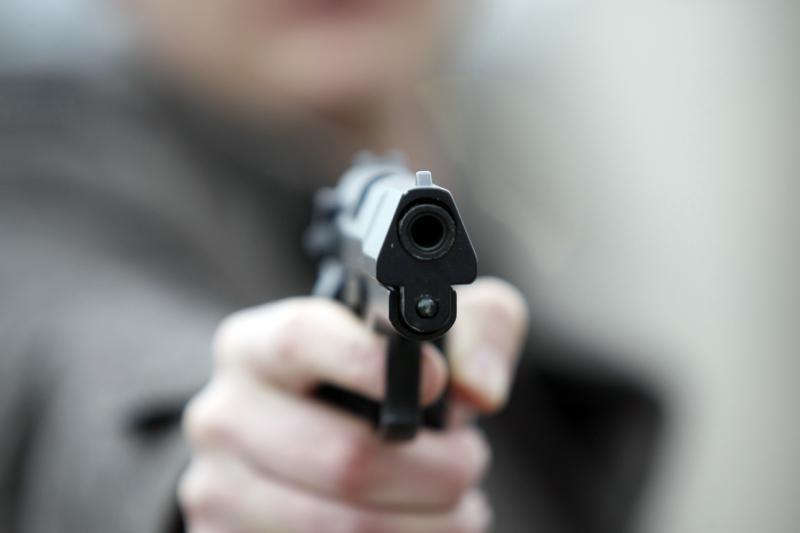 Nevykėlis: nusikaltėlis vogtu ginklu persišovė koją