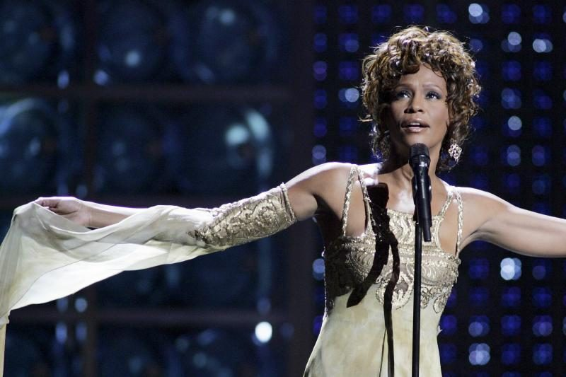 Aukcione Holivude išgraibstytos Whitney Houston brangenybės