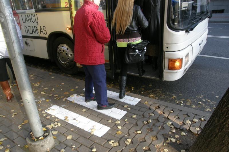 Klaipėdoje autobuso durys keleivei prispaudė ranką