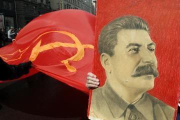 Papūga deklamuoja Stalino eiles
