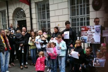 Prieš D.Kedžio dukters atidavimą motinai - protestas Londone ir pasmerkimas Rumunijoje (papildyta)
