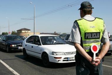 Telefonu plepėjęs vairuotojas policininkams pasiūlė kyšį
