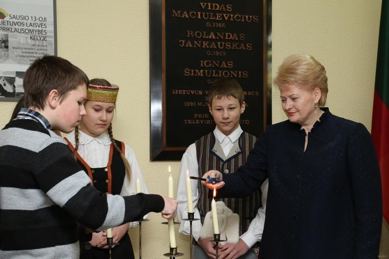 Prezidentė su moksleiviais uždegė žvakutes Sausio 13-ajai atminti
