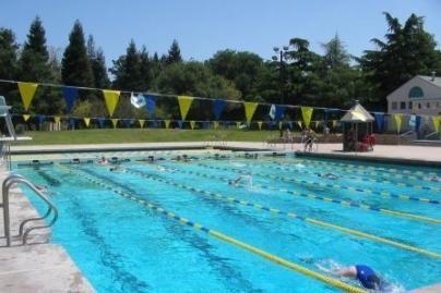 Šlapimas nepakeičia baseino vandens spalvos