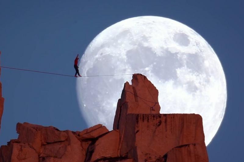 D. Potterio pasivaikščiojimas lynu per mėnulio pilnatį