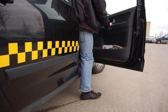Pavogto taksi automobilio policijos pareigūnams ilgai ieškoti neteko