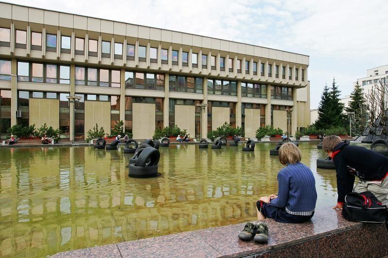 Fontaną prie Seimo ketinama paslėpti po gėlėmis
