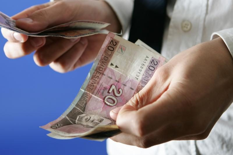 Darbdaviai ir profesinės sąjungos MMA siūlo didinti iki 900 litų
