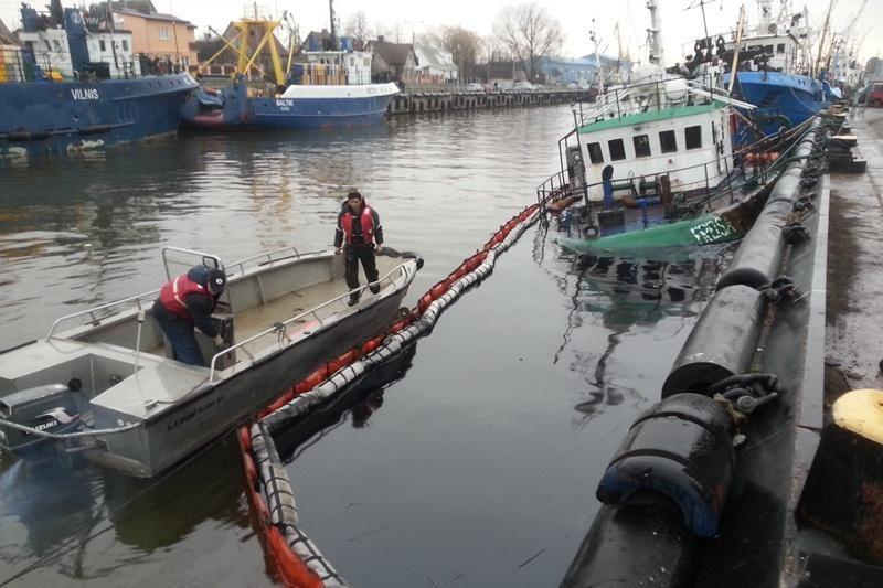 """Žvejų uostelyje pradėjo grimzti laivas """"Freisa"""""""