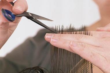 Vyrams uždraudė nešioti ilgus plaukus