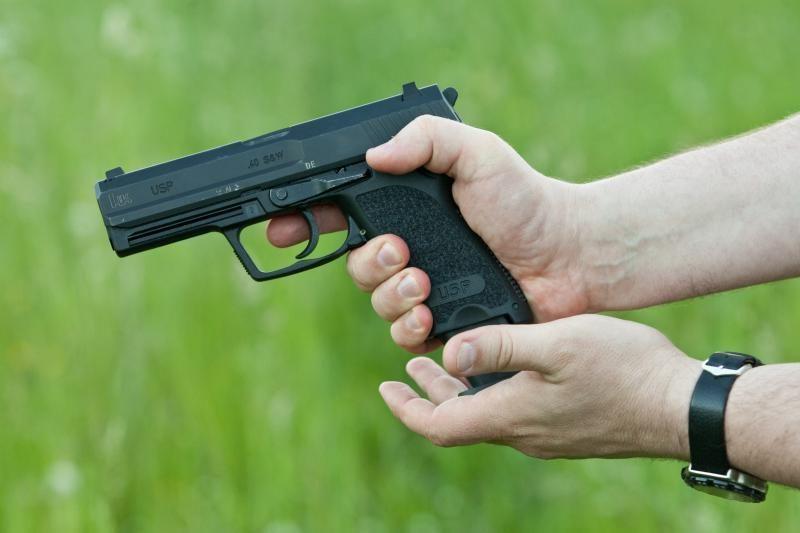 Kirviu ir šautuvu apsiginklavęs vyras grasino savo uošviui