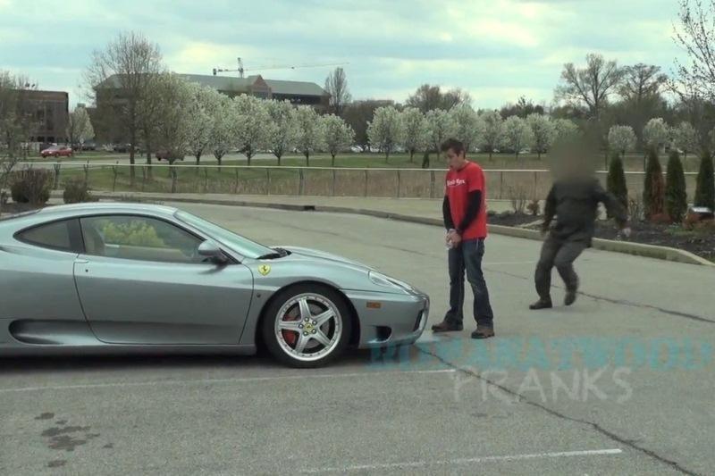 """Neįgaliesiems skirtoj vietoj pastatytą """"Ferrari"""" pašventino """"srovele"""""""