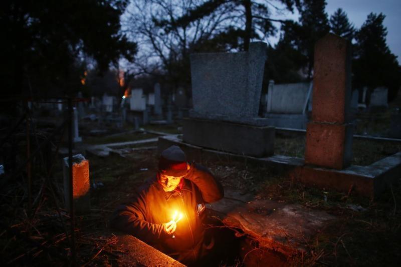 Šiurpu: Serbijoje namus praradęs vyras gyvena kape