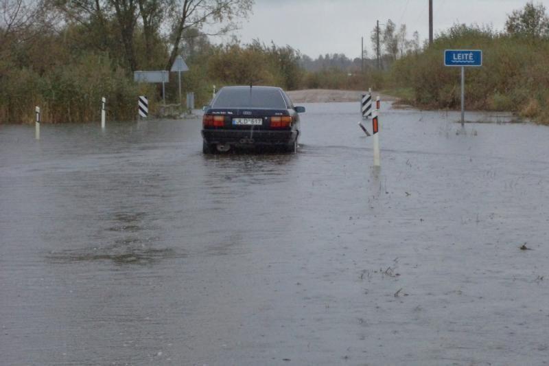 Šilutės rajone patvinusi upė paskandino tiltą