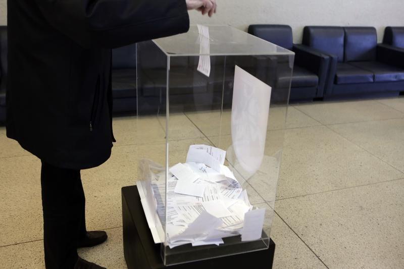 Trijų apygardų rinkimų komisijų vadovus numatoma paskatinti premijomis