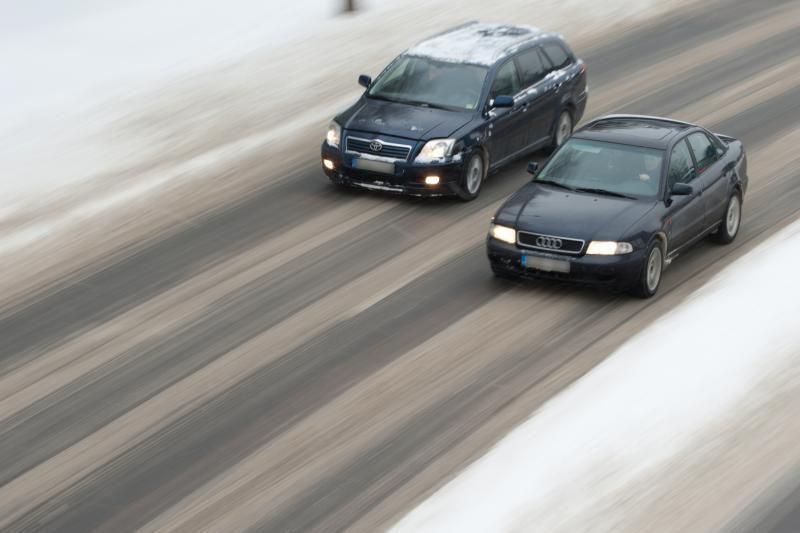 Kelininkai įspėja vairuotojus dėl plikledžio