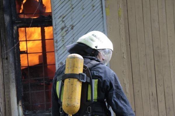 Kauno ugniagesiai naktį gesino užsidegusią katilinę