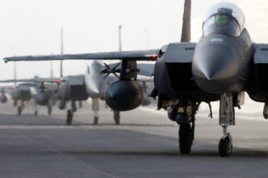 Vašingtonas žada į Lenkiją siųsti 16 naikintuvų ir 4 transporto lėktuvus