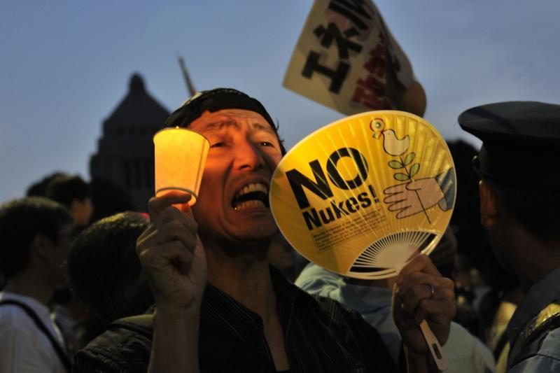 """Japonijos parlamentą apjuosė protestuotojų """"gyvoji grandinė"""""""