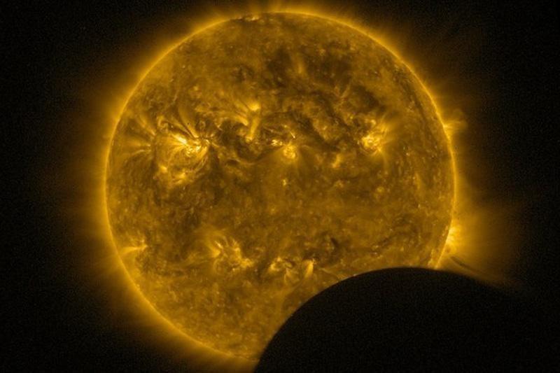 Didžiulė Saulės dėmė graso galingais žybsniais
