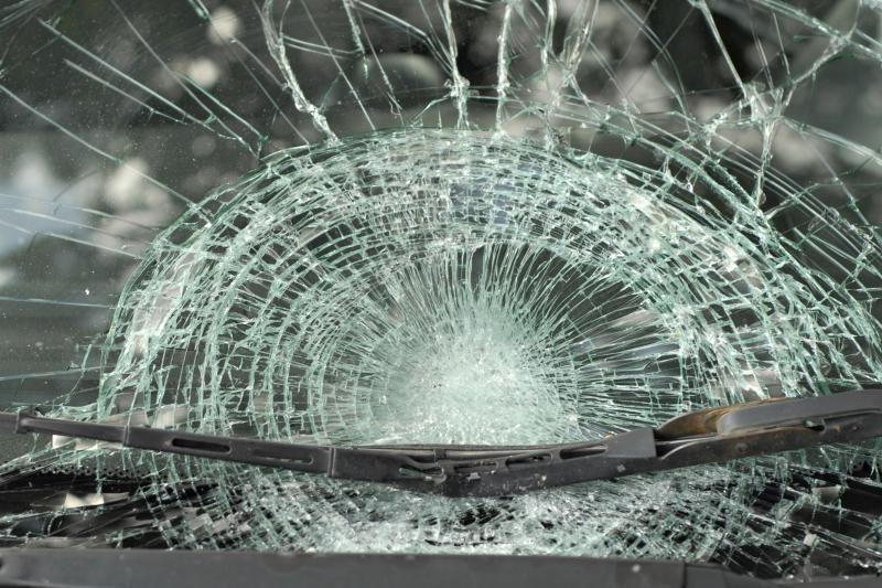 Per langą išmesta kėdė sumaitojo automobilį