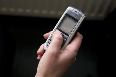 Telefonų plėšikai grūmoja kumščiais ir peiliais