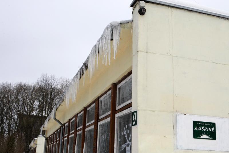 Ant vaikų darželio pastato - grėsmingi varvekliai