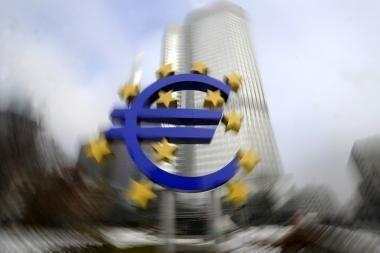 Euras silpsta, rinkoms nerimaujant dėl Europos ekonomikos