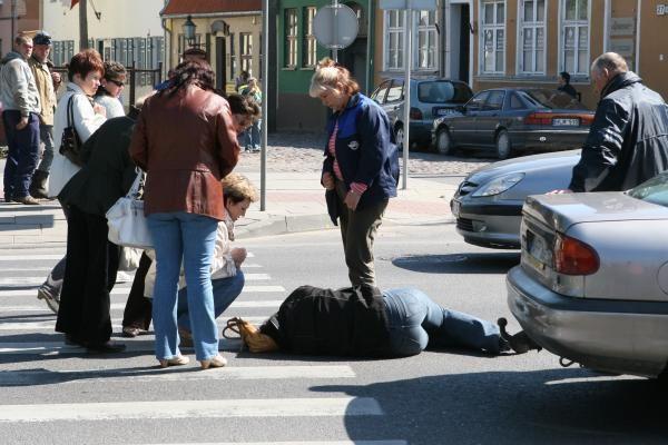 Sukčius rizikavo gyvybe lįsdamas po automobilių ratais
