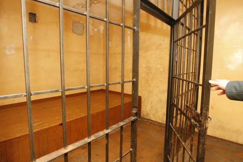 Klaipėdoje areštinėje mirė dešros užvalgęs ir romo išgėręs vyras