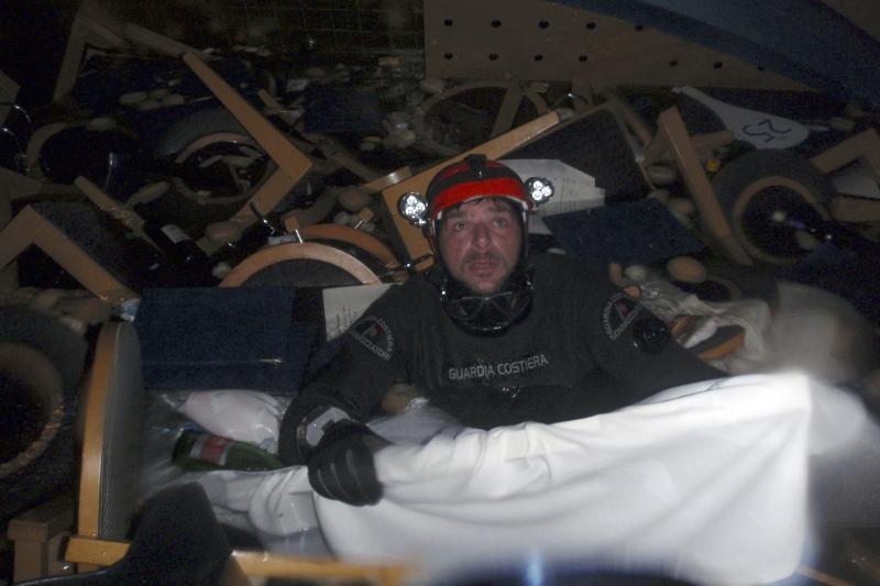 """""""Costa Concordia"""" kapitonas pripažino pasukęs per vėlai"""
